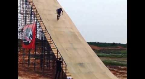 BMX – Hang 5 Mega Ramp Roll In.